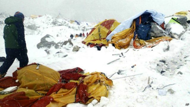 Землетрясение привело к сходу лавин на Эвересте