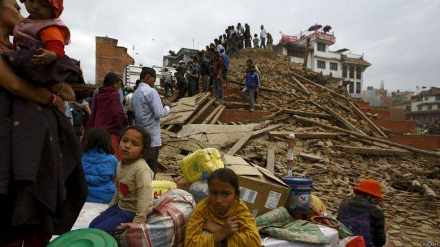 Землетрясение магнитудой 7,9 произошло утром в субботу в Непале. Эпицентр землетрясения располагался между Катманду и Покхарой. Власти Непала объявили чрезвычайное положение по всей стране.