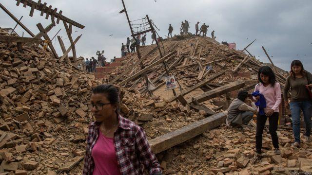Число жертв разрушительного землетрясения достигла почти двух тысяч. Непальские власти признают, что эта цифра не окончательная и число погибших может значительно возрасти.