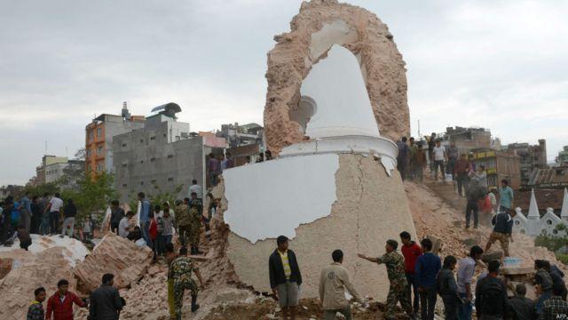 В Катманду рухнула знаменитая  60-метровая башня Дхарахара, построенная в 1832 году и входившая в список архитектурного наследия ЮНЕСКО.