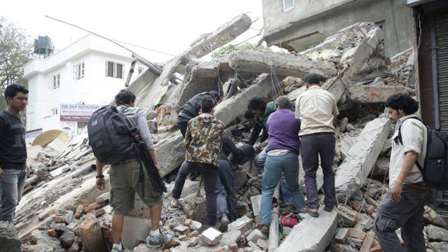 Мировое сообщество откликнулось предложением помочь властям Непала справиться с последствиями землетрясения, направить в зону бедствия специалистов и гуманитарную помощь