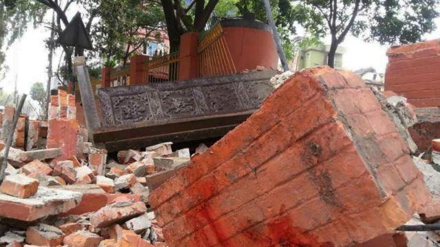 Очевидцы в Непале сообщают о множестве разрушенных зданий в долине Катманду, провалах на дорогах, обвалах и оползнях.