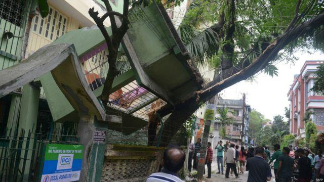 Удары стихии ощущались в Индии (на фото), в Бангладеш и Тибете.