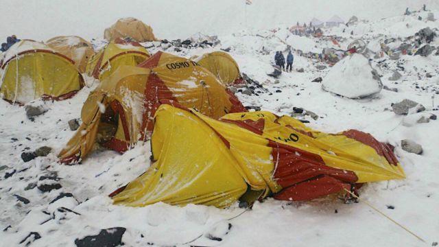 Землетрясение вызвало сход лавин на Эвересте. Известно о 10 погибших альпинистах. Власти опасаются, что число жертв возрастет, так как под снежными завалами оказалась часть базового лагеря альпинистов, где могли находиться около 1000 человек.
