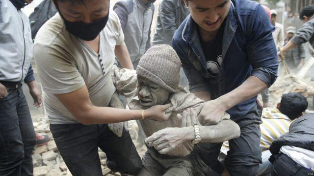 Тысячи человек получили серьезные угрожающие жизни травмы, и многие по-прежнему находятся под разрушенными зданиями.