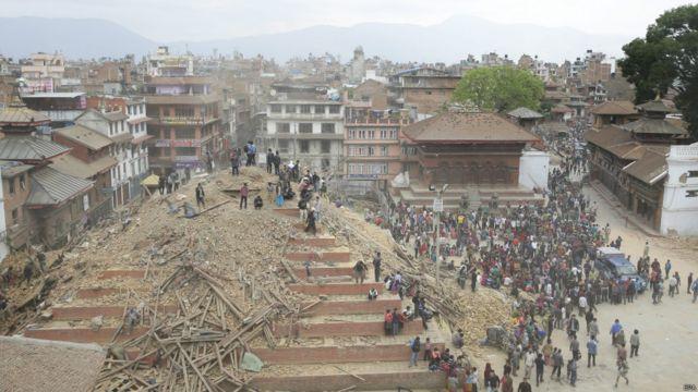 Землетрясение превратило в руины объекты всемирного наследия ЮНЕСКО в районе дворцовой площади Дурбар.