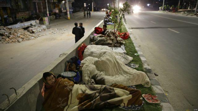 Ночь после землетрясения многие люди провели под открытым небом.