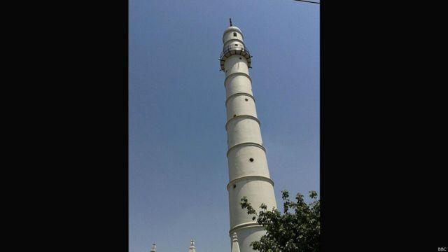 Так выглядела башня Дхарахара до землетрясения.