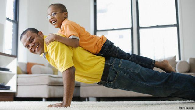 Si se necesita una carga adicional durante las flexiones se puede pedir ayuda a algún miembro de la familia.