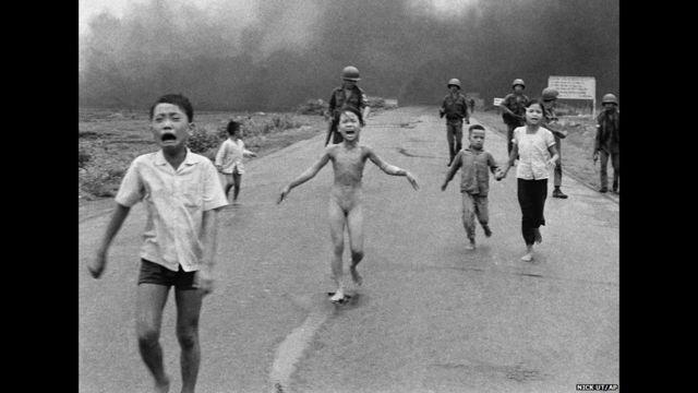 anak-anak vietnam menyelamatkan diri
