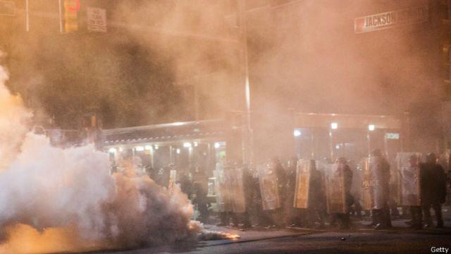 Después del funeral de Gray el lunes se produjeron disturbios violentos y fue decretado un toque de queda nocturno y estado de emergencia durante una semana.