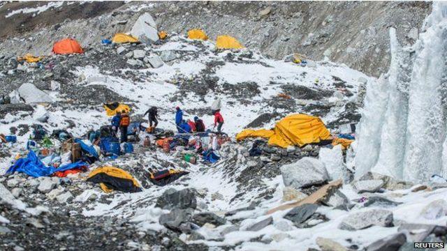 Базовый лагерь на Эвересте был почти разрушен