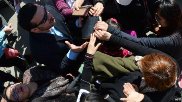 Des opposants au mariage de même sexe prient devant la Cour suprême, le 28 avril 2015, à Washington, aux Etats-Unis