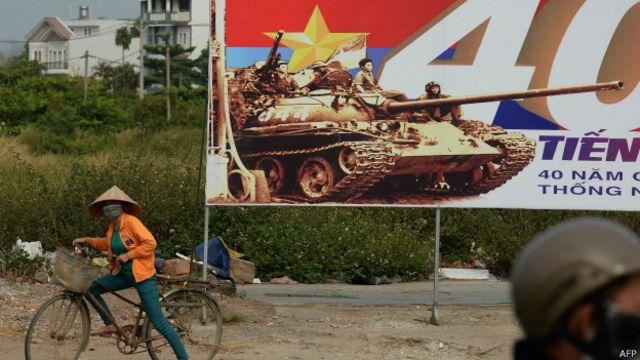 Pôster em Ho Chi Minh marca 40 anos do fim da guerra (AFP)