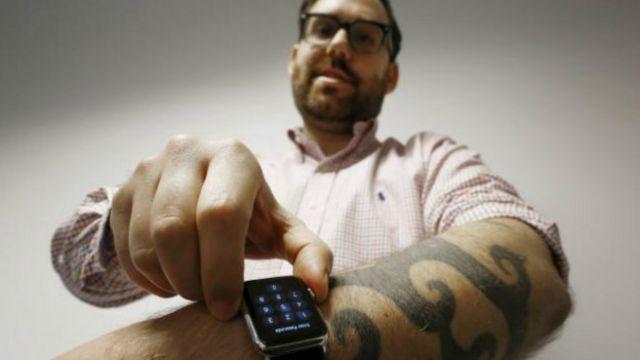 Reuter muhabiri Matt Siegel, Apple akıllı saatini dövmeli kolunda denedi