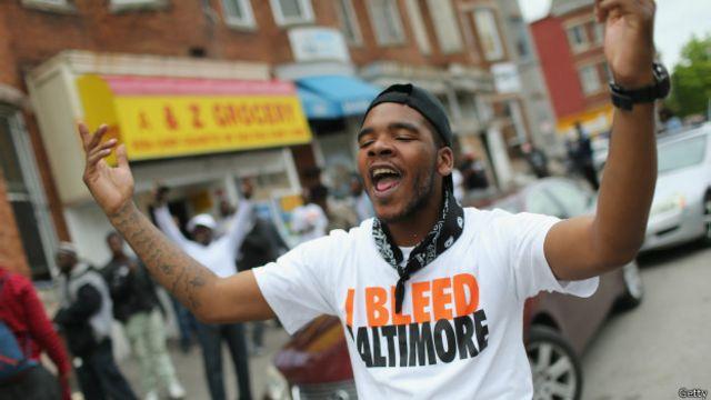 Muchos en Baltimore celebraron la decisión de la fiscalía de procesar a los policías responsables de la muerte del joven Freddie Gray.