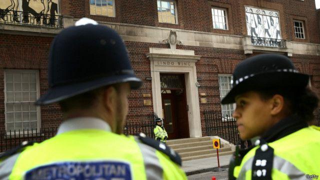 倫敦警察在聖瑪麗醫院的私家病房——麗都翼外執勤。