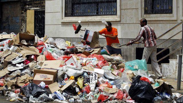 شح الوقود أدى إلى تراكم النفايات في الشوارع في اليمن.