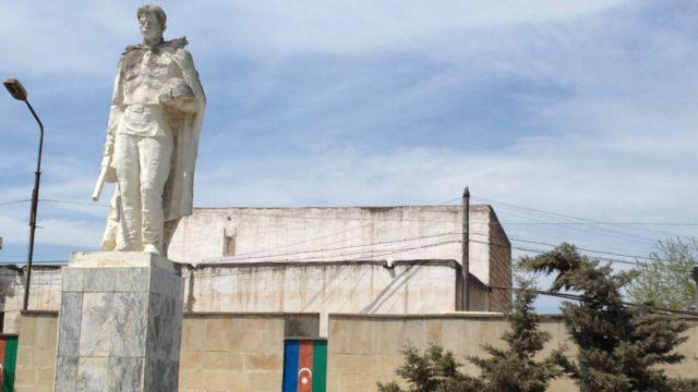 Balaxanıda yerləşən 1941-1945-ci ilə aid heykəl. Məkan  təmir olunub, Azərbaycan Respublikasının bayrağı ilə rənglənməsinə baxmayaraq, heykəl çox köhnədir.