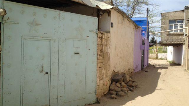 Balaxanı kəndində bir evin darvazası. Darvazaya Sovet simvolu olan ulduz həkk olunub.