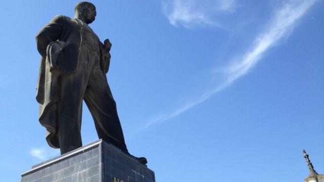 Yasamal rayonunda yerləşən, Azərbaycan SSR-in ilk dövlət və hökumət başçısı, SSRİ MİK-in sədri Nəriman Nərimanovun heykəli.