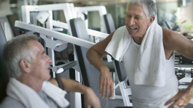 Uno de los beneficios de ir a un gimnasio es la interacción social, pero hay que tener cuidado para mantener el rumbo hacia el objetivo principal: hacer ejercicio.
