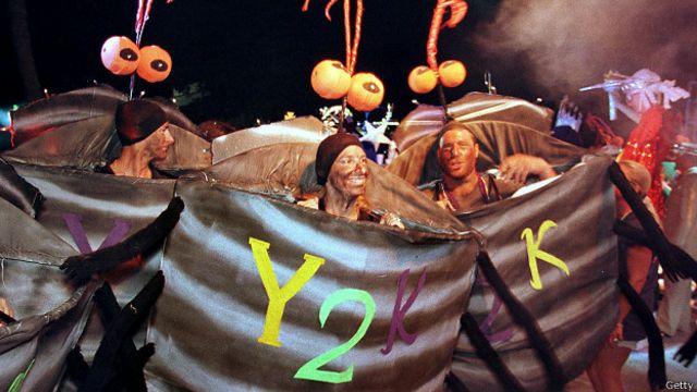 """Personas celebran la llegada del milenio con disfraces de """"Y2K"""""""