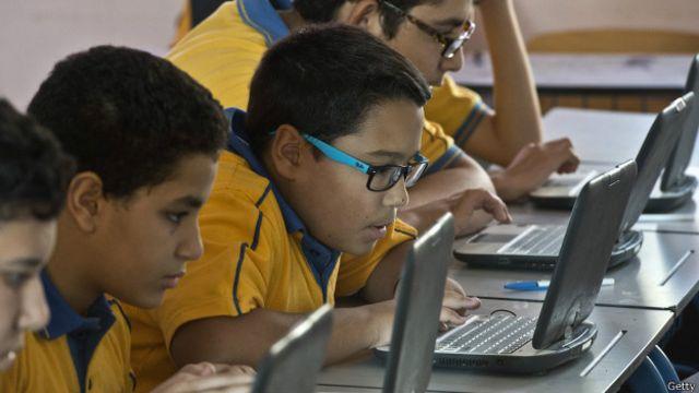 Niños en una escuela trabajando con computadoras