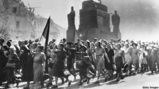 Жители Праги празднуют освобождение города от фашистов