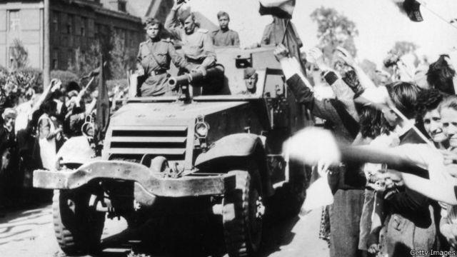 Жители Праги приветствуют советских солдат 9 мая 1945 года