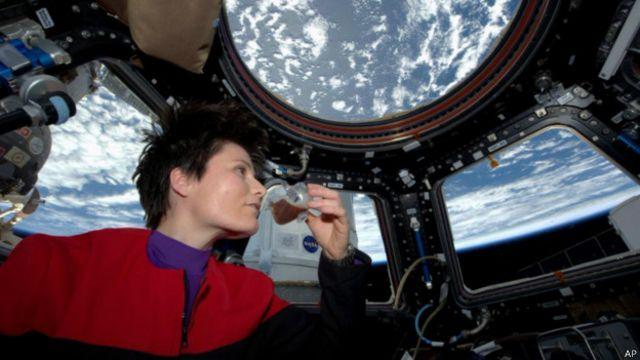 اولین زن ایتالیایی فضانورد در حال نوشیدن اولین اسپرسوی فضایی