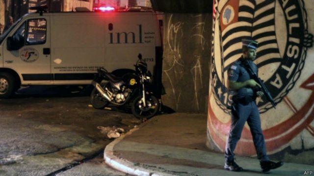 Polícia e IML no local onde membros da torcida corinthiana Pavilhão 9 foram mortos, em abril; maioria das vítimas de armas de fogo no Brasil são jovens