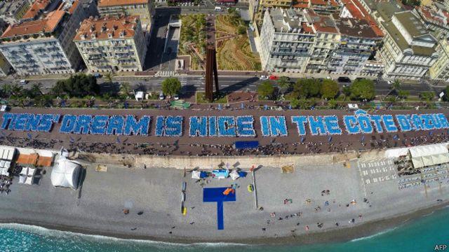 """O grupo bateu o recorde ao montar essa frase: """"O sonho da Tiens é Nice na Costa Azul"""""""