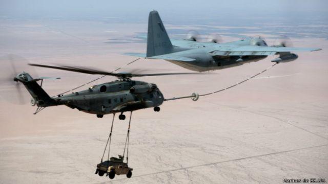 El helicóptero CH-53 es capaz de abastecerse de combustible en el aire.