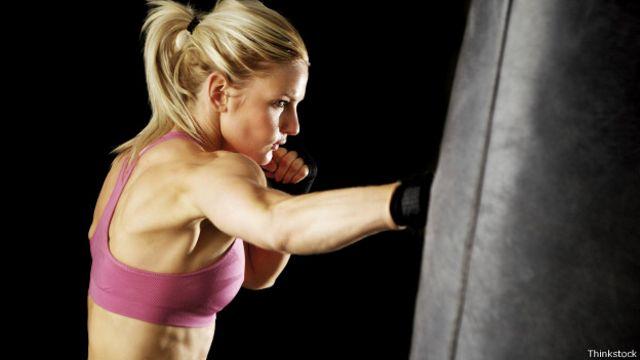 Pegarle al saco de arena activa una gran variedad de grupos musculares en el cuerpo.