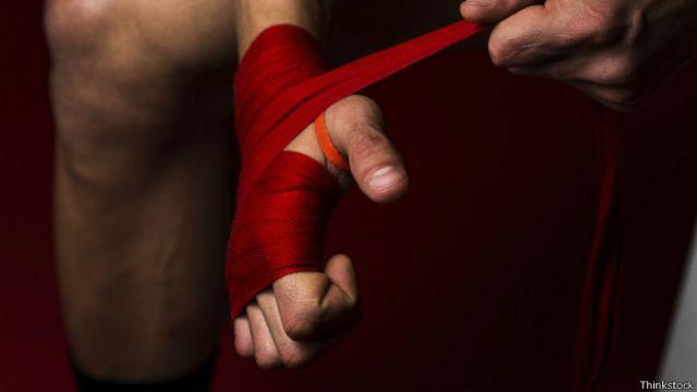 Antes de ponerse los guantes para pegarle al saco de arena o simular una pelea es necesario proteger las muñecas y manos.