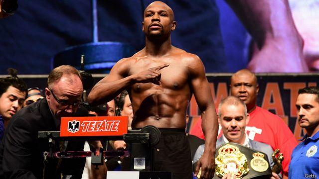 Floyd Mayweather muestra su físico durante el pesaje previo a la pelea frente a Pacquiao.