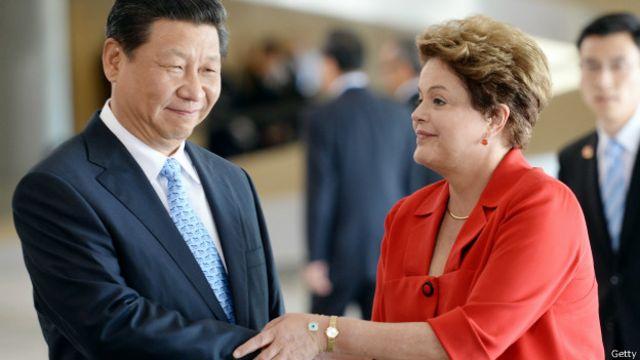 Los presidentes China, Xi Jinping, y de Brasil, Dilma Rousseff, se saludan durante un encuentro en Brasilia en julio de 2014.