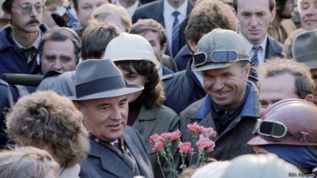 Михаил Горбачев на Балтийском судостроительном заводе в Ленинграде в апреле 1985 г.