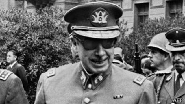 """Pinochet inició un regimen autoriario con la excusa de la """"la liberación de la Patria del yugo marxista y la restauración del orden""""."""