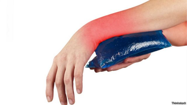 Si se trata de una lesión reciente, es mejor evitar que aumente la inflamación con la aplicación de hielo.