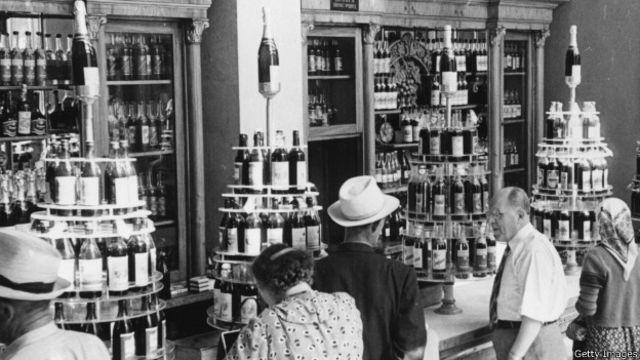 Москвичи в ликеро-водочном магазине. Фотография 1950 года