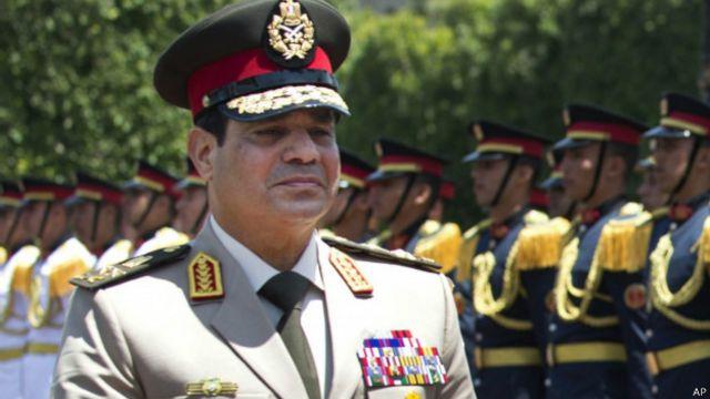 Al Sisi lideró un golpe y luego ganó unas elecciones a las que no pudieron concurrir los Hermanos Musulmanes, declarados organización terrorista.