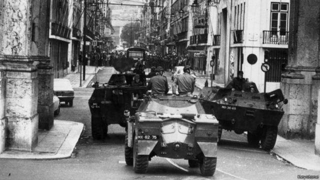 """El paradigma de """"golpe democrático"""" lo dieron unos oficiales portugueses en 1974."""