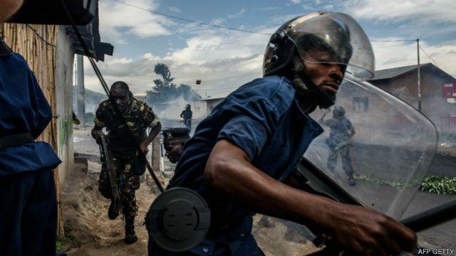 Policías y la mayoría de los militares permanecieron leales al presidente.