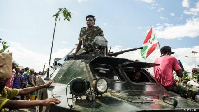 En Burundi, los golpistas fueron saludados por la multitud.