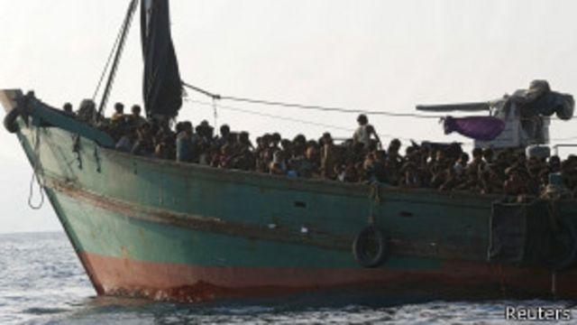 ပင်လယ်ထဲက စက်လှေတွေပေါ်မှာ ထောင်နဲ့ချီတဲ့ ဒုက္ခသည်တွေ ပိတ်မိနေဟု ယုံကြည်ရ။
