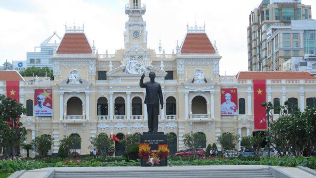 Vào ngày 19/5/2015, Việt Nam đánh dấu 125 năm ngày sinh Chủ tịch Hồ Chí Minh, người được Đảng Cộng sản xem là lãnh tụ thiên tài và anh hùng giải phóng dân tộc. Trước đó hôm 17/5, TP. HCM khánh thành công trình Tượng đài Chủ tịch Hồ Chí Minh.
