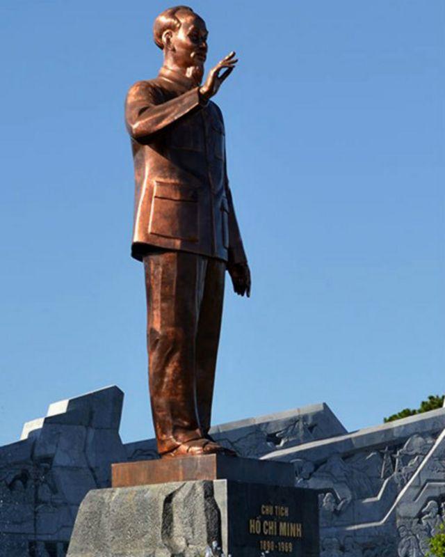 """Ở trong nước cũng có bình luận cho rằng các bức tượng na ná nhau. Nhà điêu khắc Lưu Danh Thanh từng nói: """"Hiện nay hầu hết các tượng đài trên cả nước đều là tượng Bác đứng, giơ tay chào, chỉ có một vài cái tượng là Bác Hồ ngồi. Chính vì mẫu mã cứ na ná nhau như vậy nên dù chúng ta đã làm nhiều tượng đài về Chủ tịch Hồ Chí Minh nhưng vẫn khiến người ta có cảm giác ít."""""""
