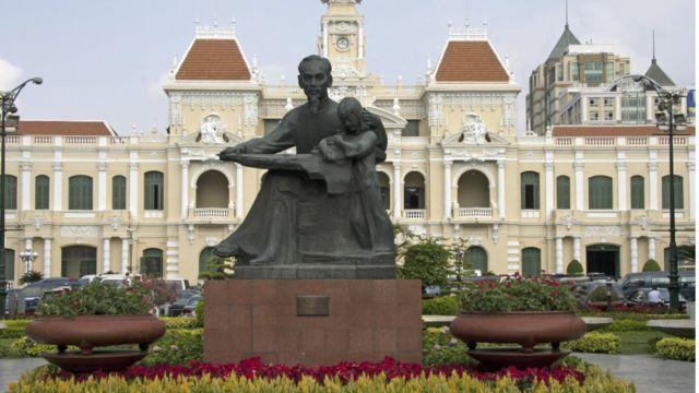 """Công trình mới đã thay thế tượng """"Bác Hồ với thiếu nhi"""". Theo thống kê, có khoảng 31 tượng Hồ Chí Minh ở các quảng trường, trung tâm hành chính, chính trị và 103 tượng trong khuôn viên trụ sở cơ quan, đơn vị trên cả nước."""
